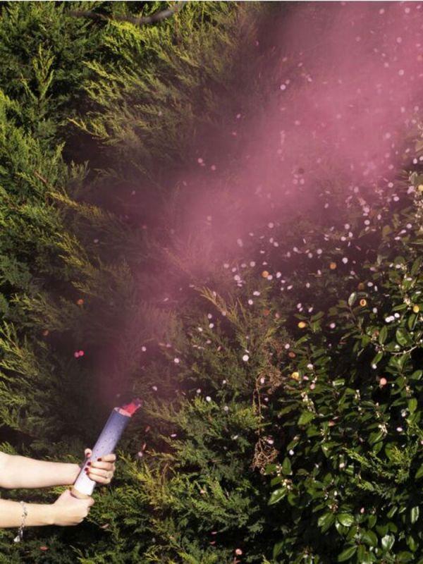 Upea tapa paljastaa tulevan vauvan sukupuoli, vauvan sukupuolen paljastava savu / konfettitykki. Vieraat eivät pysty neutraalista tykistä päättelemään päällisinpuolin vauvan sukupuolta, ainoastaan tykin laukaisun jälkeen ilmestyvä sininen tai pinkki savu ja konfettisade kertoo vauvan sukupuolen vieraille.