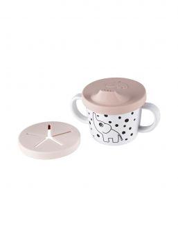 Käytännöllinen Done by Deer muki lapselle, jossa kaksi vankkaa kahvaa. Mukin mukana tulee kaksi silikonikantta, jotka sopivat täydellisesti lapsen juomia ja välipaloja ajatellen.