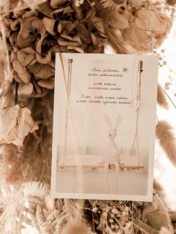 Raskauskeijun Kerron sinulle salaisuuden - lahjapaketin avulla voit kertoa tuleville isovanhemmille uudesta perheen jäsenestä. Paketti sisältää kaksi erilaista korttia ja pienen hopeisen suojelusenkeli kaulakorun jota tuleva isoäiti voi pitää kaulassaan.