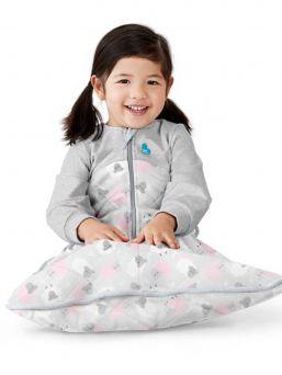Love To Dream™- 2.5 Tog unipussi on lämmin  vaihtoehto peitolle. Paksussa talviversio unipussissa on pitkät hihat ja pussin yläosa on pehmeää, orgaanista puuvillafleeceä ja alaosassa on tilaa liikkuville jaloille.