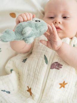 Pehmeä Done By Deer eläinhelistin pitää helistin ääntä kun vauva liikuttaa helistintä pienin sormin. Materiaali on turvallista, joten helistintä voi myös purra jos vauvan ikeniä kutittaa.