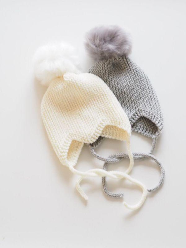 Villasirkus vauvanpipo, jossa kaunis karvatupsu.  Vauvanpipo on käsinneulottu merinovillasta, joka on silkinpehmeää vauvan ihoa vasten, se ei raavi eikä ärsytä ihoa. Myssy suojaa hyvin vauvan korvat ja pitää vauvan kovallakin viimalla lämpöisenä. Pipon malli on suunniteltu vauvoille ja se pysyy pehmeiden nyörien avulla hyvin paikoillaan.