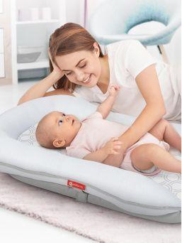 Motorola Comfort Cloud MBP89SN unipesä yhdistettynä kätkythälyttimeen on innovatiivinen vauvanpesä 0–8 kuukauden ikäisille vauvoille, joka seuraa turvallisesti vauvan hengitystä ja sykettä antaen sinulle mielenrauhan lapsesi nukkuessa.