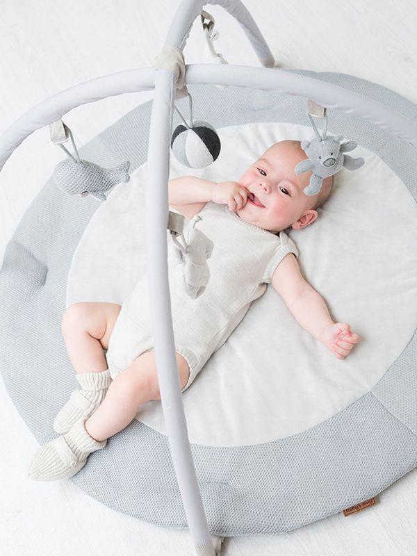 Baby´s Onlyn pehmoinen leikkimatto vauvalle. Leikkimatto stimuloi ja kehittää vauvan aisteja. Leikkimatto on pehmeä paikka vauvalle viettää aikaa. Baby´s Onlyn leikkimatossa viisi irroitettavaa ihanaa lelua vauvan hypisteltäväksi ja ihmeteltäväksi. Vatsallaan vietetty aika on tärkeää vauvan motoriselle kehitykselle. Leikkimatolla se on helppoa ja mukavaa.