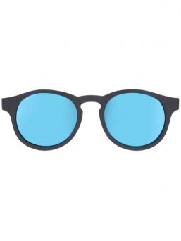 Babiators The Agent polarized aurinkolasit antaa täyden 100% suojan UVA ja UVB säteiltä ja suojellen lapsen silmiä. Huippulaadukkaat linssit ovat iskun kestäviä ja hajoamattomia. Vuoden Lost & Found takuu.
