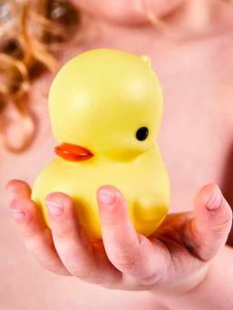 Little Lovely Company suloinen keltainen kylpyankka - pakollinen jokaisen lapsen kylpyammeleikeissä.
