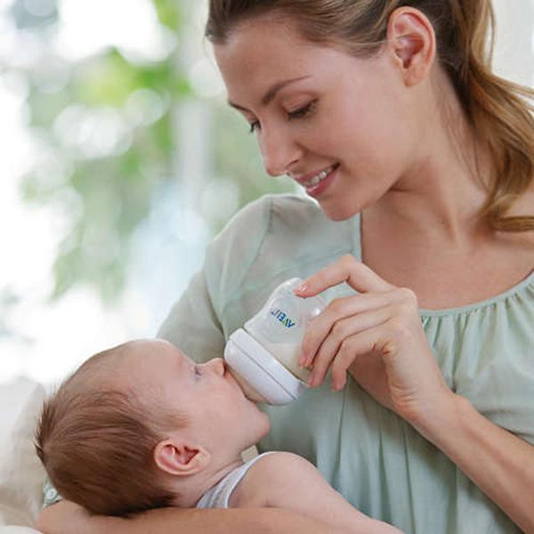 Upea Philips Avent aloituspakkaus vastasyntyneelle, joka sisältää kaiken tarpeellisen ruokinnan alkumetreille. Paketissa saat neljä erikokoista tuttipulloa vauva-arkeen sekä vastasyntyneen tutti ja pulloharja, jolla saat nopeasti ja helposti tuttipullot puhdistettua.