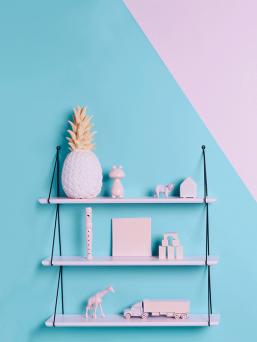 Kaunis kolmen hyllyn hyllykkö, joka todella helppo asentaa. Näyttävä yksityiskohta kodin sisustuksessa niin työhuoneessa tai lastenhuoneessa. Laita kauniit esineesi upeasti näytile.  Helppo asentaa: Kiinnitä ruuvit ja ripusta hyllyt pidikkeisiin.  Turvallinen valinta hyllyksi myös lastenhuoneeseen, sillä puiset hyllyt ovat maalattu vesiohenteisella maalilla.