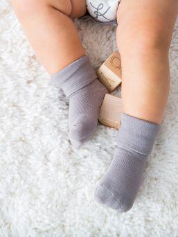 Babysoy Soy soft vauvan sukat eivät purista ja jätä ikäviä jälkiä vauvan iholle, mutta ne pysyvät silti hyvin vauvan pienissä jaloissa. Sukan pehmeä varsi on tukeva mutta varsi paina vauvan herkkää ihoa.
