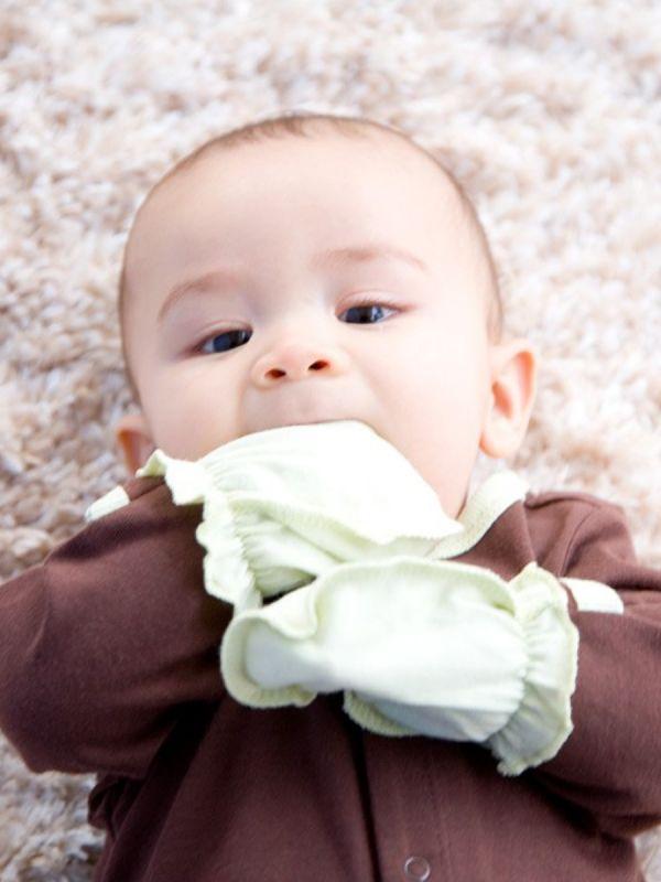 Kauniit ja käytännölliset tumput vastasyntyneen pieniin käsiin. Tumput suojaavat vauvan kasvoja kynsien raapimisesta tulevilta naarmuilta.