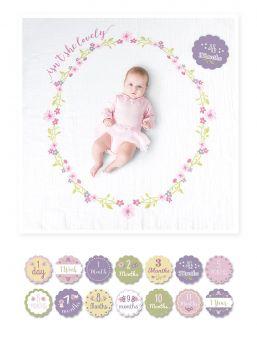 Täydellinen Lulujo -merkin Isn't She Lovely muistoviltti. Muistoviltin avulla vangitset kauniisti kuviisi kasvavan vauvasi virstanpylväät. Viltin koko 1m x 1m ja paketti sisältää 7kpl kaksipuoleisia ikäkortteja.