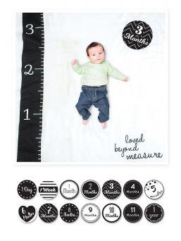 Täydellinen Lulujo -merkin Loved Beyond measure muistoviltti. Muistoviltin avulla vangitset kauniisti kuviisi kasvavan vauvasi virstanpylväät. Viltin koko 1m x 1m ja paketti sisältää 7kpl kaksipuoleisia ikäkortteja.