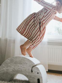 bOblesit ovat uudenlaisia liikunnalliseen arkeen kannustavia leikkihuonekaluja kaikenikäisille lapsille. Lapset rakastavat näitä hauskoja otuksia ja temppuilevat niiden päällä mielellään. bObles leikkihuonekaluista saa temppuradan olohuoneeseen ja lapsilla on lupa temmeltää! bOblesit eivät jätä jälkiä tai kolhuja lattiaan vauhdikkaammassakaan leikissä. Temppuhuonekalujen materiaali on joustavaa ja bOblesit ovat kevyitä, joten lapset jaksavat pinota ja siirrellä niitä vaivatta.