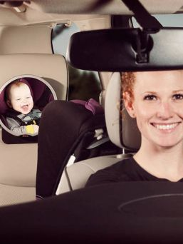 Diono Easy View on kätevä peili auton takapenkkiin kiinnitettäväksi. Näet peruutuspeilisi kautta, että lapsella on kaikki hyvin turvaistuimessa.