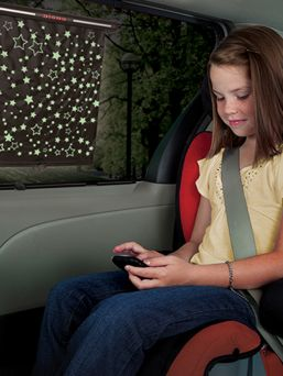 Tähtikuvioinen Diono rullaverho suojaamaan lasta automatkan aikana.