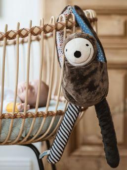 Super suloinen ja pehmeä E-zzy laiskiainen, joka auttaa lasta kohina toimintonsa avulla rauhoittumaan päivä- ja yöunilleen. Laiskiainen ei ole mikä tahansa kohina laite, vaan sisältää lisäksi älypuhelimeen ladattavalla sovelluksella säädeltävän lapsen unimonitorin. Täydellinen vauva-arjen unien pelastaja! Jos pienellä ongelmia nukahtaa ja heräilee usein, kokeile E-zzy laiskiaisen taikaa!