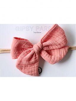 Kaunis ja suloinen Gipsyparrot merkin flamingo pink Muslin collection rusettipanta vauvalle. Kaikki rusettpannat ommellaan käsin. Kankaat ovat pehmeitä eikä nauha kiristä eikä purista vauvan päätä.