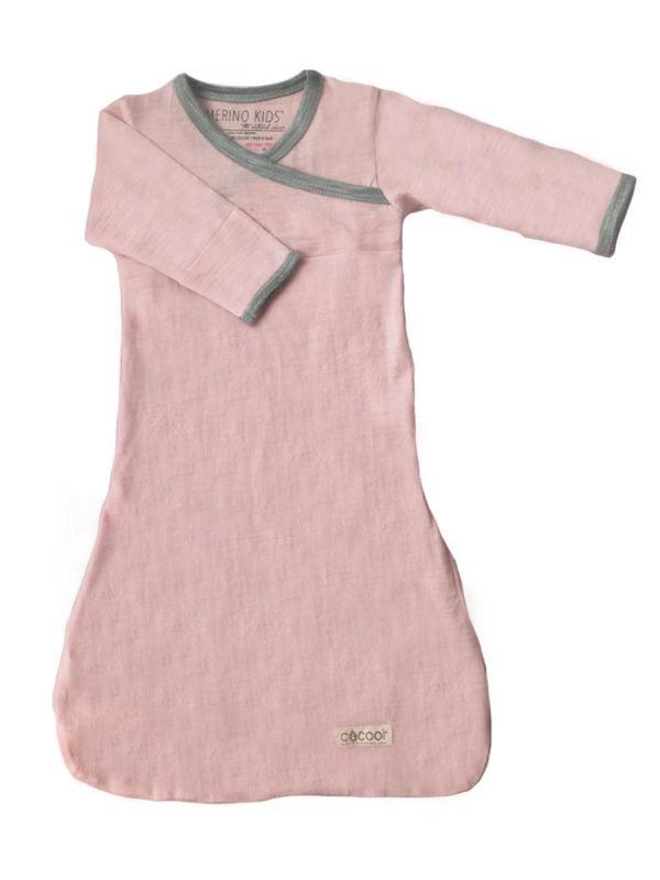 Merino Kids Cocooi villainen yöpuku. Yöpuku on helppopukea vauvalle ja pitää lapsen lämpötilan sopivana kesäisin ja talvisin. Kääntyvät hihansuut estävät vauvaa raapimasta kasvojaan.