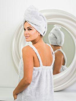 LuinLiving hiuspyyhe. Kuivaa hiuksesi hellävaraisesti ja tehokkaasti suihkun jälkeen luksuksellisen pehmeällä hiuspyyhkeellä. Hiuspyyhe soveltuu upeasti myös kylvyssä, saunassa, paljussa ja poreammeessa jos haluat pitää hiuksesi kuivina tai suojattuna.