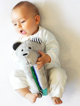 Pehmeä suloisuus, Whisbear kohina karhu, The Humming Bear auttaa lasta nukahtamaan pinkin kohinaäänen avulla. Kohina karhussa CRYsensor - itkusensori jonka avulla laite havaitsee vauvan itkun, ääntelyn ja liikehtimisen ja käynnistää kohina äänen uudelleen.