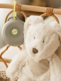 Yogasleep Hushh White Noise kaiutin vauvalle. Hushh White Noise äänilaite luo jatkuvan, rauhoittavan äänen, joka auttaa vauvaasi nukahtamaan jäljittelemällä tuttua kohdun ääntä. Saat laitteen kiinnitettyä nopeasti ja vaivattomasti niin hoitolaukkuun, turvakaukaloon, vaunuihin kuin pinnasänkyyn. Se kulkee aina mukanasi rauhoittaen vauvan uneen.