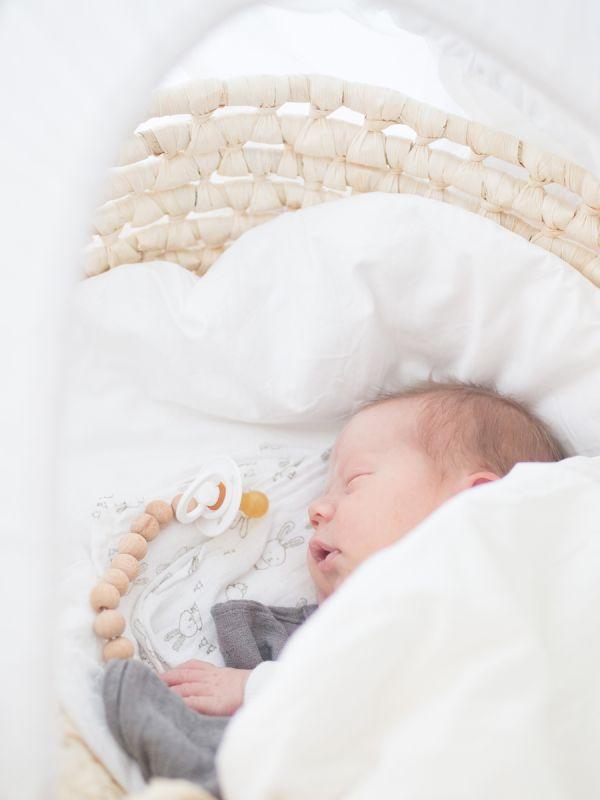 Trendikäs ja turvallinen Raskauskeijun tuttinauha pitää tutin vauvan lähelllä. Tuttinauha estää tutin tippumisen, jolloin tutti monesi likaantuu tai katoaa. Tuttinauha on valmistettu puuhelmistä ja BPA-vapaasta silikonisesta tuttirenkaasta, joita lapsi voi turvallisesti imeskellä ja pureskella.