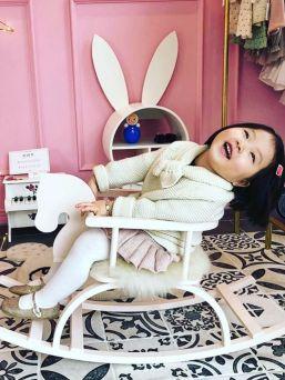 Käsintehty valkoinen keinuhevonen lastenhuoneeseen. Keinuhevonen säilyy käyttäjältään varmasti seuraavallekin ollen näin pitkäikäinen ja tunteikas esine. Ihana lahjaidea ristiäisiin tai 1v syntymäpäiville.
