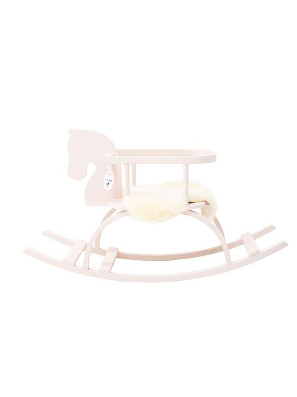 Käsintehty valkoinen keinuhevonen lastenhuoneeseen. Keinuhevonen säilyy käyttäjältään varmasti seuraavallekin ollen näin pitkäikäinen ja tunteikas esine. Ihana lahjaidea ristiäisiin tai syntymäpäiville.
