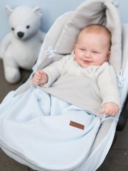 Baby´s Only kevytlämpöpussi on arjenhelpottaja, jossa ei ole lainkaan toppausta. Lämpöpussin ansiosta vauvaa ei tarvitse riisua ja pukea jatkuvasti, vaan voit laittaa vauva lämpöpussiin päivävaatteilla. Vauva pysyy pussissa lämpöisenä kaupassa, kylässä ja muilla arjen riennoilla.