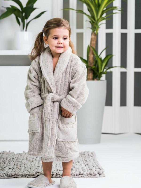 Pehmeä Luin Living lasten kylpytakki joka tuo vivahduksen kylpyläluksusta kodin pesutilaan. Suihkun ja saunan jälkeen lapsi osaa itse kietoutua kylpytakkiin. Kylpytakki on juuri niin pehmeä ja ihana kuin luvataan!