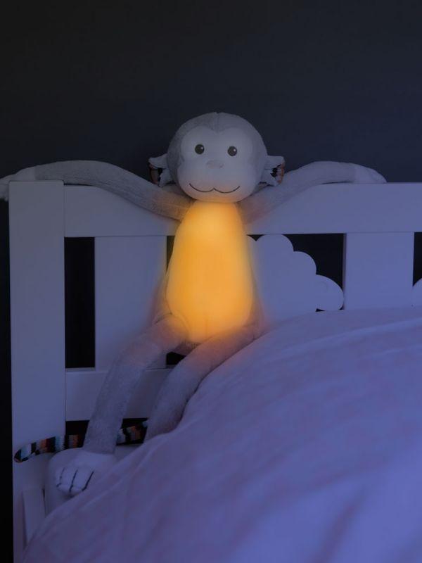 Zazu Max apina pehmolelu, joka toimii yövalona ja soittaa musiikkia. Valo sammuu automaattisesti ja lapsi saa valon helposti uudelleen itse päälle. Helpottaa ja rauhoittaa lapsen nukkumaanmenoa.
