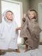 Pehmeä Luin Living lasten ponchopyyhe joka tuo vivahduksen kylpyläluksusta kodin pesutilaan. Pyyhkeen hupussa suloiset nallenkorvat. Juuri niin pehmeä ja ihana kuin luvataan!