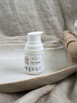 Lille Kanin Fat Cream on tuhti voide, jossa on runsaasti öljyjä, jotka estävät kosteuden haihtumisen iholta ja siten estävät ihon kuivumista.
