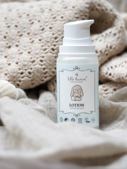 Lille Kanin Lotion on kevyt voide erityisesti vauvoille ja lapsille. Voide sisältää luomu sheavoita, joka kosteuttaa ja tekee ihosta silkkisen pehmeän.