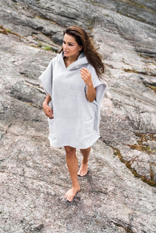 Luin Living Casual Ponchopyyhe on nimensä mukaisesti rento ja jopa sporttinen vaihtoehto kylpytakille.