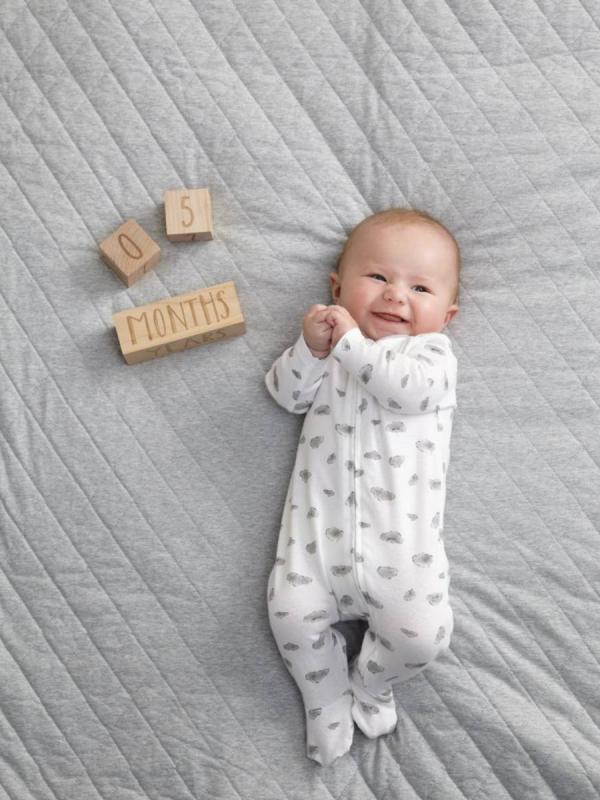 Puiset palikat näyttävät vauvan iän viikkoina, kuukausina ja vuosina. Upea tapa kertoa lapsen ikä valokuvassa ja lähettää kuva vaikka sosiaaliseen mediaan. Palikat sopivat kauniisti lastenhuoneen sisustukseen niinä hetkinä kun eivät ole kuvauksessa käytössä.