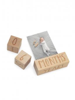 Puiset Mamas & Papas ikäpalikat vauvan valokuvaukseen. Palikat kertovat valokuvassa lapsen iän ihastuttavalla tavallaan.