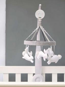 Suloinen soiva Mamas&Papas mobile, jossa pienet vaaleasävyiset puput hyppivät kauniin sävelmän tahdissa.  Tätä ihanuutta vauva jaksaa katsella pidempäänkin. Rauhallisen värinen mobile on kaunis yksityiskohta pinnasängyssä.