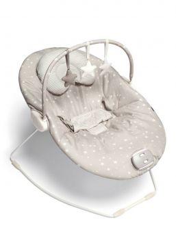 Mamas & Papas Capella Scattered Stars vauvan sitterissä on ylellisesti pehmustettu istuin. Istuimessa on irrotettava sisäkappale, joka tuo mukavuutta ja tukea, sekä on helppo pestä koneessa 40 asteessa. Sitteri viihdyttää ja rentouttaa vauvaa pienellä tärinällä, useilla melodioilla ja lelukaaren irrotettavilla lelutähdillä (valkoinen tähti rapisee, kudottu tähti pitää hempeää helinä ääntä ja beige tähti vingahtaa painaessa). Sitterissä on pehmustetut valjaat.