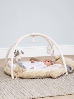 Suloinen Mamas & Papas Ellery Elephant leikkimatto, johon on piilotettu aktivoivia ominaisuuksia lapselle. Leikkimatto on tehty pehmeäksi ja turvalliseksi ympäristöksi vauvalle.