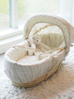 Kaunis ja pehmeä Mamas & Papas Once Upon A Time moses basket ensisänky vauvalle. Kori on kestävä ja saat siirrettyä vauvaa mukanasi kiireisessäkin arjessa huoneesta toiseen. Kori on upea yksityiskohta vaaleassakin kodissa.