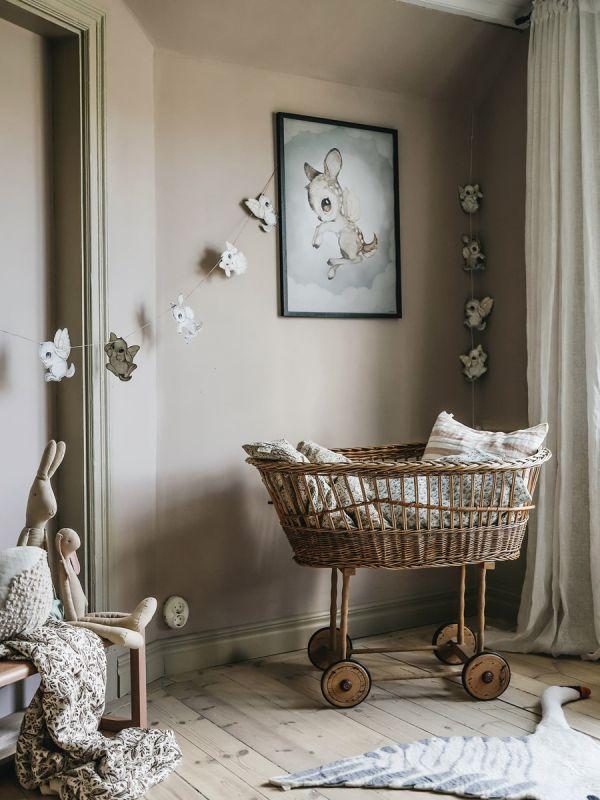 Mrs Mighetto DEAR KID juliste lastenhuoneeseen. Ruotsalainen Mrs Mighetto brändi aloitti toimintansa vuonna 2014 Tukholmassa. Mrs Mighetto suunnittelee suloisia julisteita, komeita tapetteja ja muita piensisustustuotteita. Tuotteet sopivat hyvin skandinaaviseen lastenhuoneen sisustukseen.