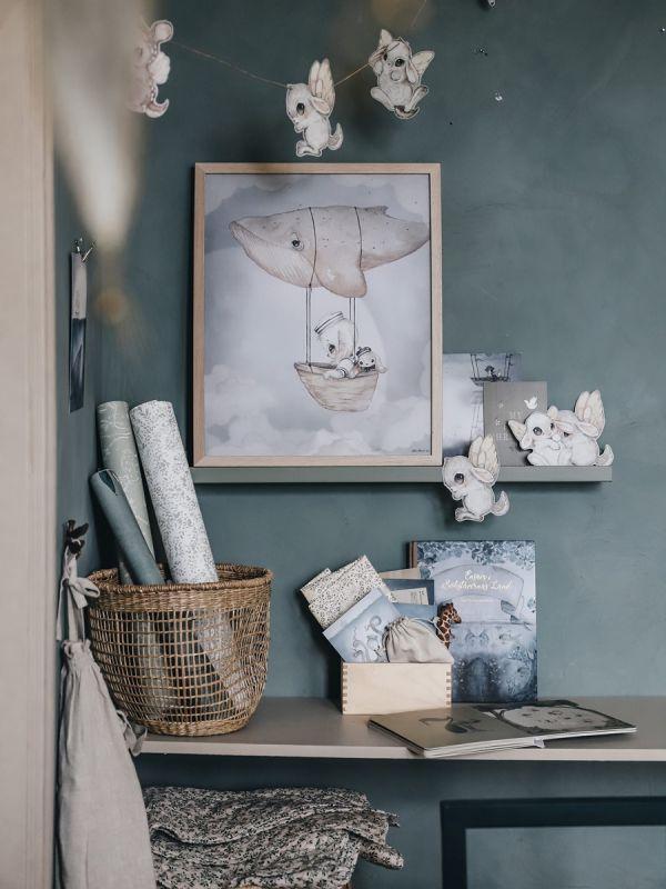 Mrs Mighetto FLYING WHALE juliste lastenhuoneeseen. Ruotsalainen Mrs Mighetto brändi aloitti toimintansa vuonna 2014 Tukholmassa. Mrs Mighetto suunnittelee suloisia julisteita, komeita tapetteja ja muita piensisustustuotteita. Tuotteet sopivat hyvin skandinaaviseen lastenhuoneen sisustukseen.