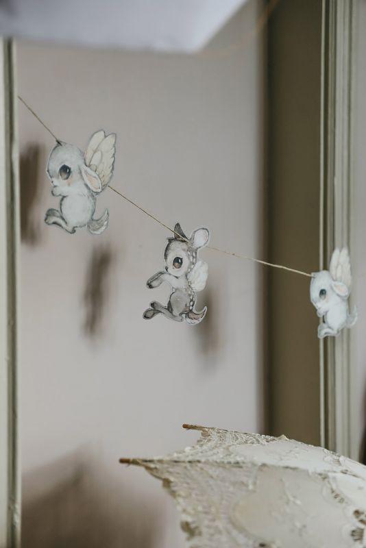 Suloinen Mrs Mighetto paperiköynnös lastenhuoneen sisustukseen. Köynnös on näyttävä seinälle, ikkunaan tai kattoon ripustettuna.