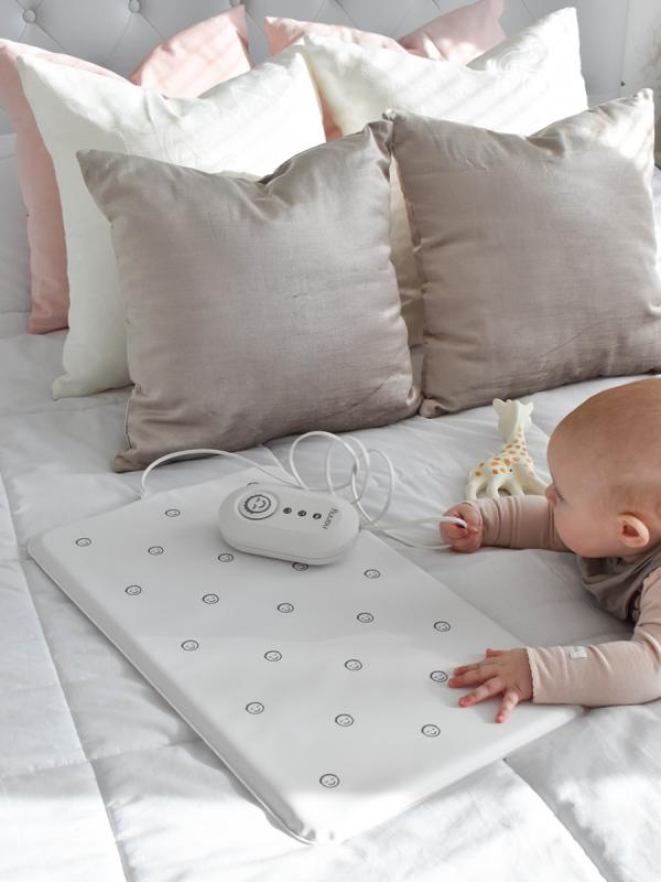 Nanny kätkythälytin, joka seuraa vauvan hengitystä. Laite hälyttää kuuluvasti jos vauvan hengitystiheys laskee liiaksi.