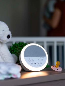 NOD White Noise kaiutin vauvalle. Nod White Noise äänilaite luo jatkuvan, rauhoittavan äänen, joka auttaa vauvaasi nukahtamaan jäljittelemällä tuttua kohdun ääntä. Laitteessa monia erilaisia ääniä ja rauhoittava pehmeä yövalo.