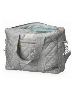 Tyylikäs ja tilava Cam Cam Copenhagen luomupuuvillainen tikattu hoitolaukku. Laukku on yksinkertaisen kaunis ja sinne mahtuvat kaikki tärkeimmät vauvan hoitotarvikkeet.