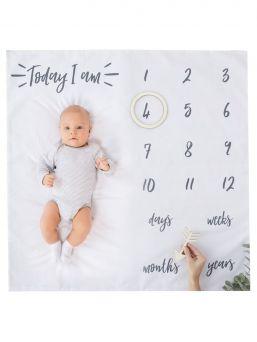 Täydellinen Baby Milestone Blanket muistoviltti. Muistoviltin avulla vangitset kauniisti kuviisi kasvavan vauvasi virstanpylväät. Viltin koko 1m x 1m ja paketti sisältää puisen nuolen ja ympyrän, jotka tekevät kuvistasi vieläkin kauniimpia.