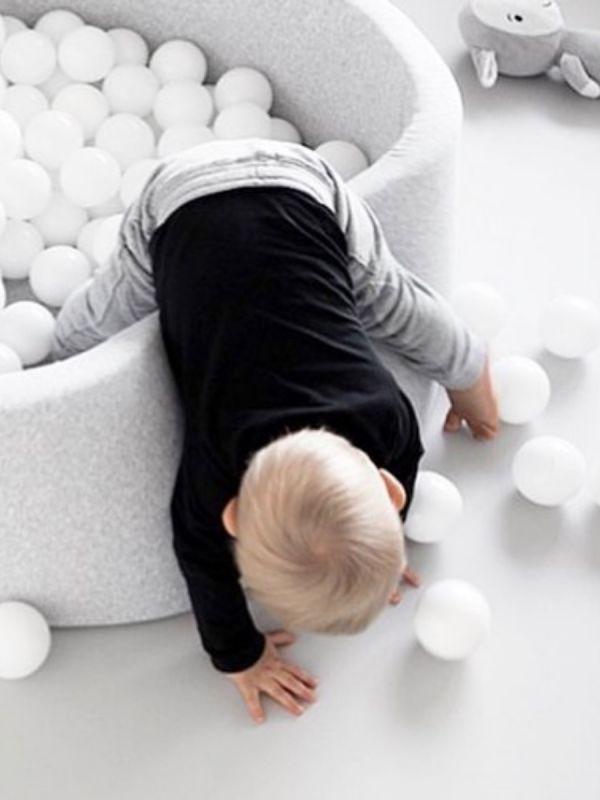 Pallomeri lapselle. Upea, jokaiseen kotiin täydellisesti sopiva pehmustettu pallomeri. Ihana yksityiskohta lastenhuoneesssa. Pallomeressä 200 palloa.  Pehmustetussa pallomeressä on turvallista temmeltää. Pallomeren laidoilla ja pohjassa on pehmeä vaahtomuovipehmuste. Ja mikä tärkeintä lapsiperheessä, pallomeren päällisen saat helposti irroitettua ja sen voi pestä pesukoneessa 40 asteessa.