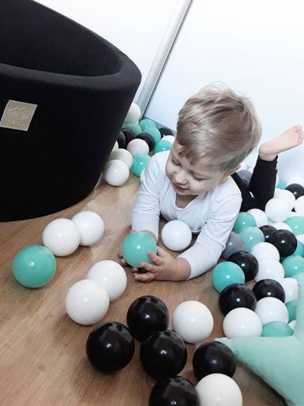 Pallomeri lastenhuoneeseen. Upea, jokaiseen kotiin täydellisesti sopiva pehmustettu pallomeri. Ihana yksityiskohta lastenhuoneesssa. Pallomeressä 200 palloa.